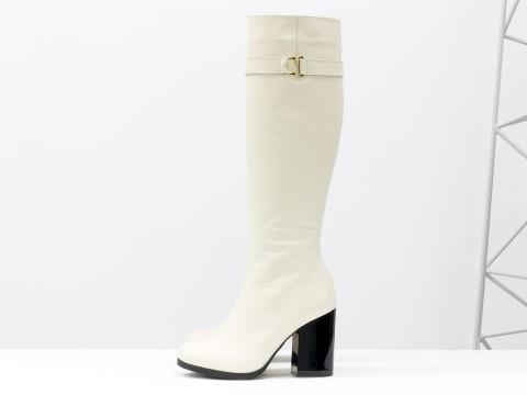 Высокие кожаные женские сапоги молочного цвета на глянцевом каблуке, М-17405-05