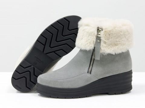 Зимние ботинки с опушкой из замши серого цвета на танкетке