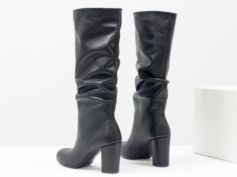 Черные сапоги со сборкой из натуральной кожи на обтяжном каблуке