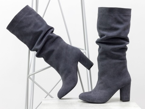 Серые замшевые сапоги гармошки на обтяжном удобном каблуке