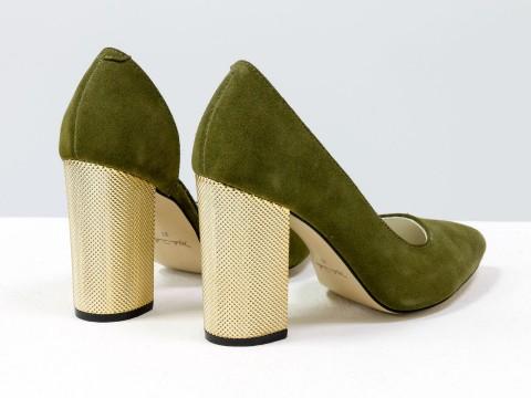 Женские туфли из натуральной замши зеленого цвета на золотом каблуке