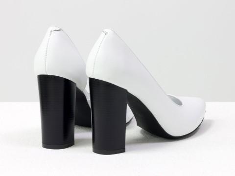Белые женские туфли из натуральной кожи на высоком каблуке
