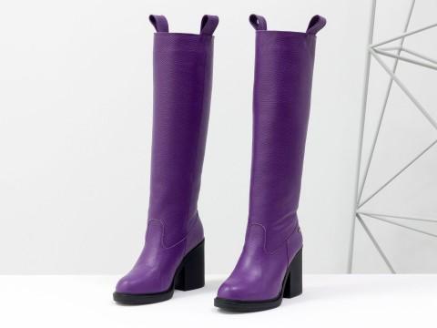 Осенние сапоги на среднем каблуке из натуральной кожи флотар фиолетового цвета
