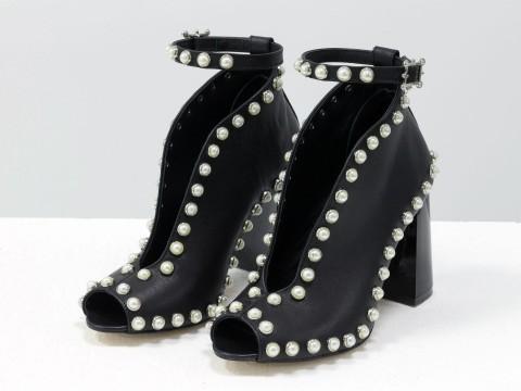 Туфли с открытым носком из черной кожи, декорированы жемчугом на глянцевом каблуке