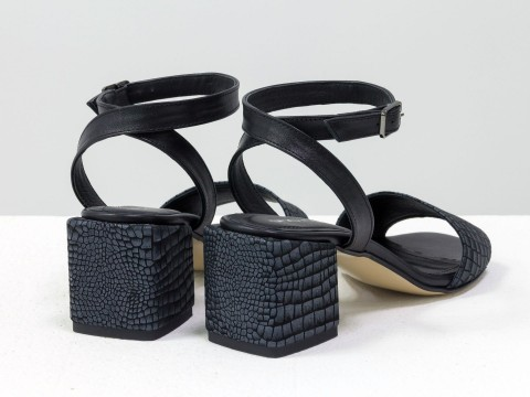 Женские босоножки на квадратном каблуке из итальянской кожи с текстурой рептилии