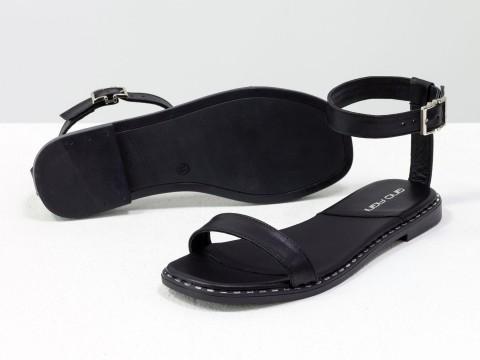 Женские босоножки черного цвета из натуральной кожи на низком ходу
