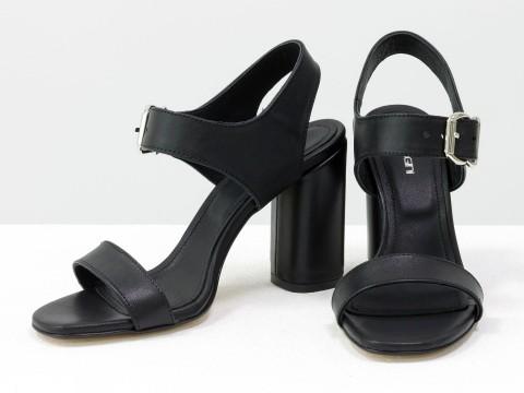 Женские босоножки на застежке из натуральной кожи черного цвета на высоком каблуке