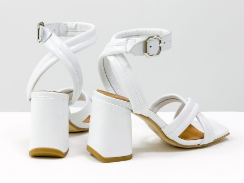 Дизайнерские белые босоножки на расклешенном обтяжном каблуке из натуральной итальянской кожи