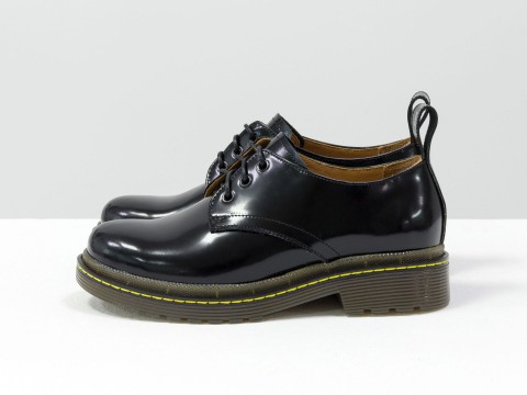 """Женские туфли дерби в стиле Dr. Martens, выполнены из натуральной кожи черного цвета """"матовый лак"""", на утолщенной тракторной подошве, с характерной желтой отстрочкой, Т-2048-01"""