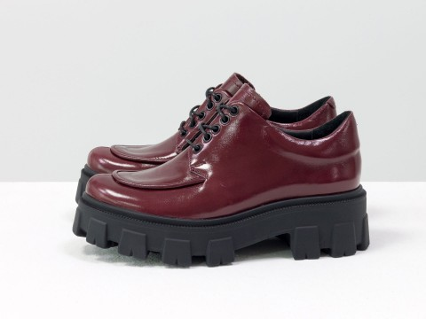 Женские туфли, которые сочетают в себе стиль дерби и лоферов на утолщенной тракторной подошве из натуральной бордовой лаковой кожи, Т-2046-02