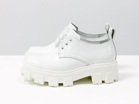 """Женские туфли дерби в стиле Dr. Martens, выполнены из натуральной кожи белого цвета """"матовый лак"""", на утолщенной тракторной подошве, Т-2048-02"""
