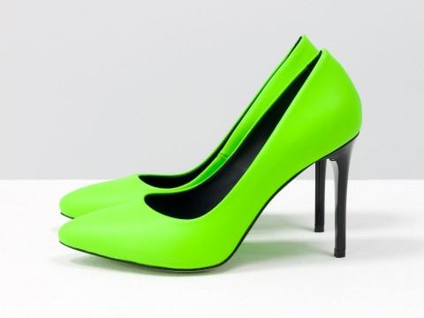 Женские туфли классического кроя из итальянской неоновой кожи салатового цвета на каблуке шпилька, Д-35-03