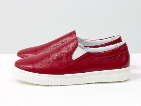 Кожаные слипоны красного цвета на белой подошве