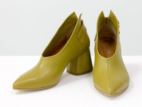 Дизайнерские закрытые туфли на невысоком обтяжном каблуке из натуральной итальянской кожи горчичного цвета,  Т-2056-01