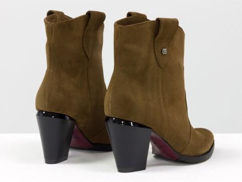 Женские светло-коричневые казаки из натуральной замши на устойчивом скошенном каблуке