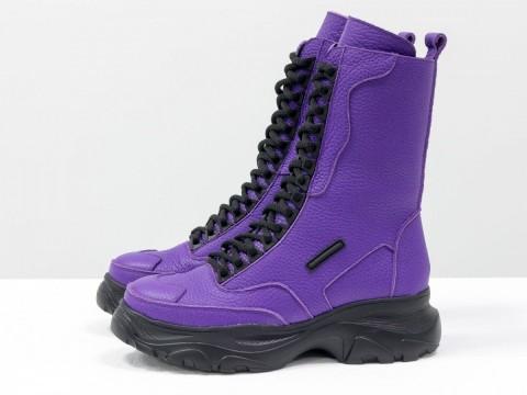 Ярко фиолетовые ботинки на высокой подошве из натуральной кожи