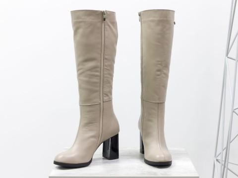 Классические женские сапоги из натуральной бежевой кожи на высоком каблуке