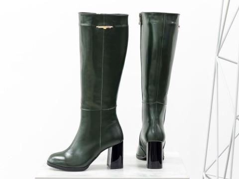 Классические женские сапоги из натуральной зеленой кожи на высоком каблуке