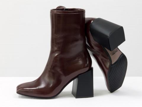 Дизайнерские базовые ботильоны коричневого цвета из натуральной лаковой кожи на невысоком квадратном каблуке, Б-2087-02