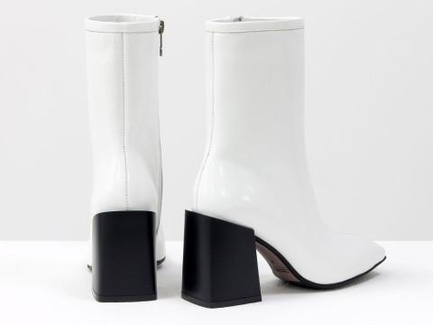 Дизайнерские базовые ботильоны белого цвета из натуральной лаковой кожи на невысоком квадратном каблуке, Б-2087-03