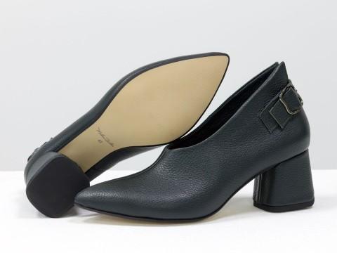 Дизайнерские закрытые туфли на невысоком обтяжном каблуке из натуральной итальянской кожи зеленого цвета,  Т-2056-05