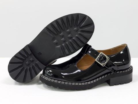 Женские черные туфли на тракторной подошве из натуральной лаковой кожи на застежке сбоку, Т-2054-01
