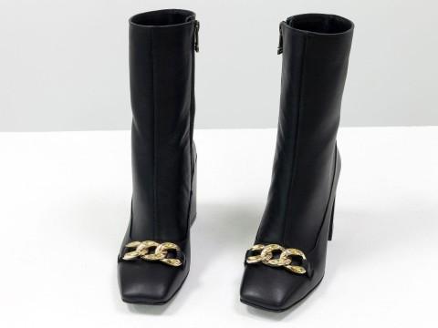 Женские  ботинки из натуральной черной кожи на квадратном матовом каблуке с фурнитурой впереди, Б-2080-01