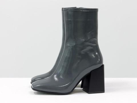 Дизайнерские базовые ботильоны серого цвета из натуральной лаковой кожи на невысоком квадратном каблуке, Б-2087-01