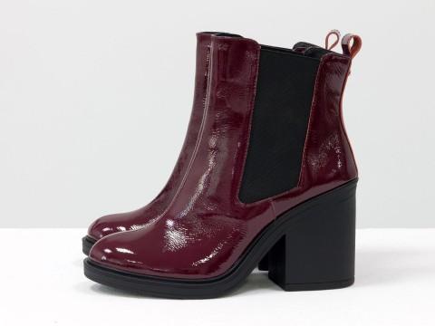 Ботинки-челси на каблуке из натуральной лаковой кожи красивого бордового цвета, свободного одевания, с широкой черной резинкой, Б-17330-05