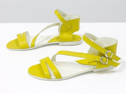 Босоножки летние желтые кожаные на легкой черной подошве