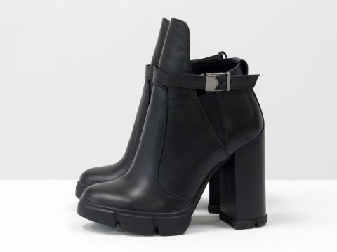 Ботинки в черной коже с резиновой вставкой сверху на  устойчивом каблуке, Б-1664-08