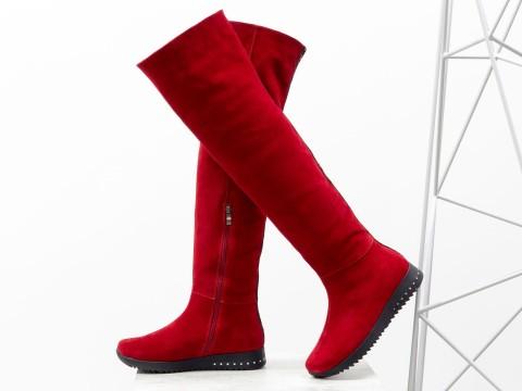 Высокие замшевые ботфорты красного цвета на низком ходу