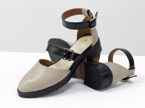 Женские туфли цвета нюд из натуральной кожи с черными ремешками