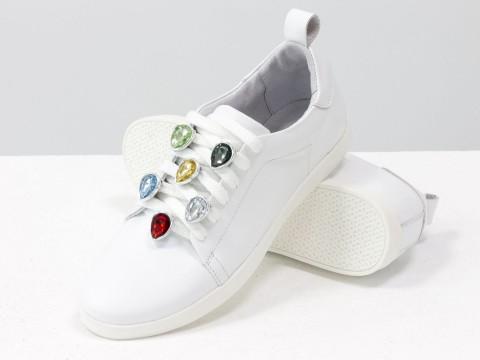 Белые кеды из натуральной кожи с яркими камнями на шнуровке
