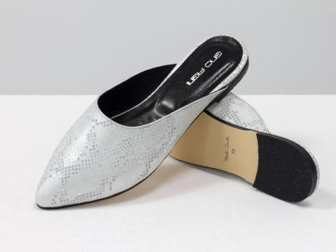 Мюли на низком ходу из натуральной кожи с текстурой питон серо-серебряного цвета