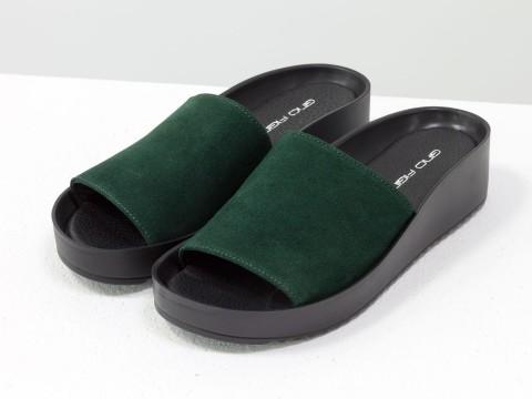 Шлепки женские зеленые из натуральной замши на удобной подошве черного цвета