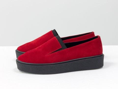 Женские красные слипоны из натуральной замши на черной подошве