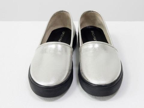 Женские слипоны из натуральной кожи серебряного цвета на черной подошве