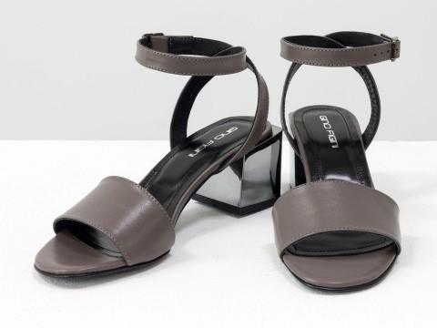 Женские босоножки на квадратном каблуке из итальянской кожи грязно-сиреневого цвета