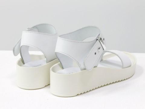 Белые босоножки на платформе из натуральной кожи