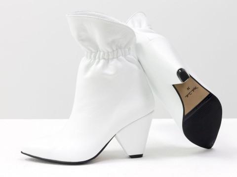 Белые сапоги-казаки из натуральной кожи на треугольном каблуке