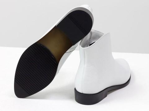 """Женские ботинки с удлиненным носиком из кожи белого цвета с текстурой """"питон"""""""