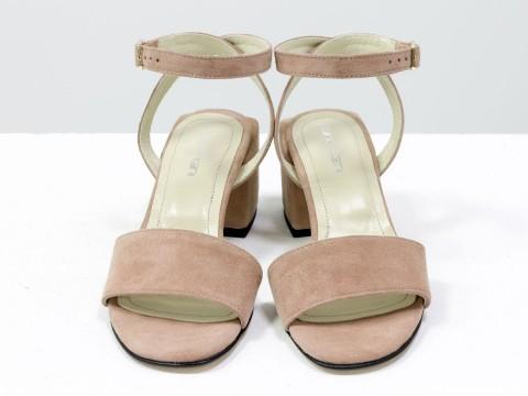 Женские нюдовые босоножки из натуральной замши на квадратном каблуке