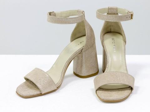 Классические пудровые босоножки из натуральной кожи на расклешенном каблуке