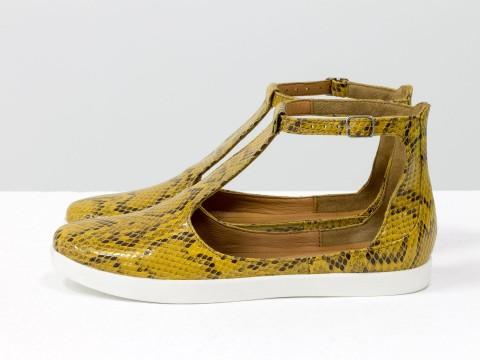 Летние туфли из итальянской кожи горчичного цвета с текстурой питон на низком ходу