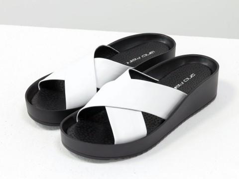 Женские летние шлепанцы белого и черного цвета на удобной подошве