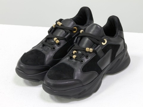 Женские кроссовки из натуральной кожи и замши черного цвета на высокой подошве