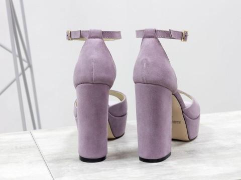 Замшевые босоножки на высоком каблуке сиреневого цвета