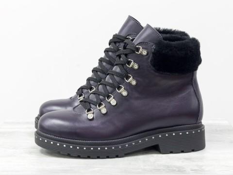 Женские фиолетовые ботинки на шнуровке из натуральной кожи украшены мехом цигейки