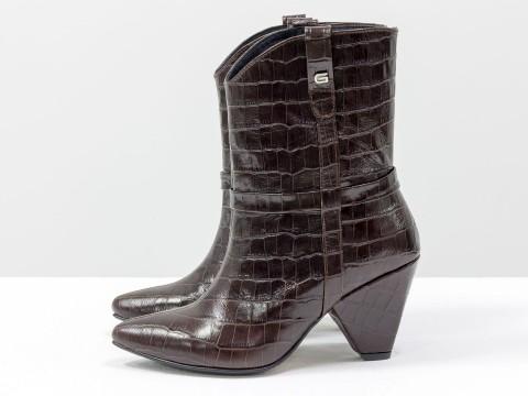 """Сапоги казаки из натуральной кожи шоколадного цвета в текстуре """"крокодил"""" на каблуке"""